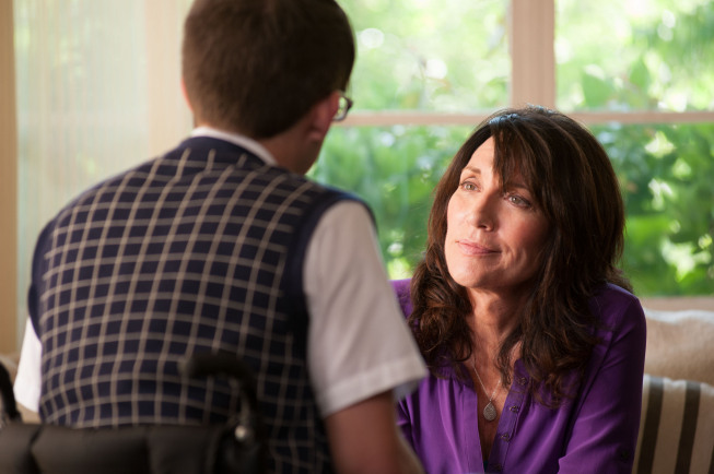 """GLEE: Artie (Kevin McHale, L) chats with his mother (guest star Katey Sagal, R) in the """"Wonder'ful"""" episode of GLEE airing Thursday, May 2 (9:00-10:00 PM ET/PT) on FOX. ©2013 Fox Broadcasting Co. CR: Adam Rose/FOX"""
