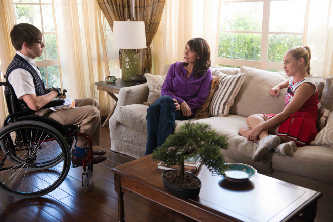 """GLEE: Artie (Kevin McHale, L) chats with his mother (guest star Katey Sagal, C) and Kitty (Becca Tobin, R) in the """"Wonder'ful"""" episode of GLEE airing Thursday, May 2 (9:00-10:00 PM ET/PT) on FOX. ©2013 Fox Broadcasting Co. CR: Adam Rose/FOX"""