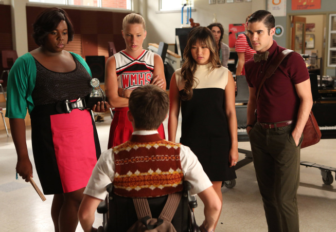 """GLEE: L-R: Unique (guest star Alex Newell), Brittany (Heather Morris), Tina (Jenna Ushkowitz) and Blaine (Darren Criss) ask Artie (Kevin McHale, bottom) to pick one of them as the next glee club star in """"The New Rachel,"""" the Season Four premiere episode of GLEE airing on a new night and time Thursday, Sept. 13 (9:00-10:00 PM ET/PT) on FOX. ©2012 Fox Broadcasting Co. Cr: Mike Yarish/FOX"""