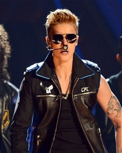 Justin Bieber Booed? – Billboard Music Awards – (VIDEO) (UPDATE With Miley Cyrus – Taylor Swift Gifs)