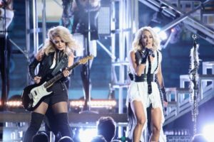 """Carrie Underwood Performs """"Dirty Laundry,"""" Wins at 2016 CMAs (VIDEO)"""