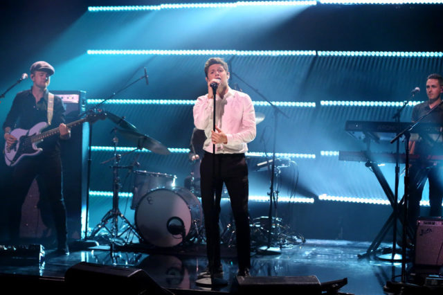 """THE TONIGHT SHOW STARRING JIMMY FALLON -- Episode 0683 -- Pictured: Singer Niall Horan performs """"Slow Hands"""" on May 25, 2017 -- (Photo by: Andrew Lipovsky/NBC)"""