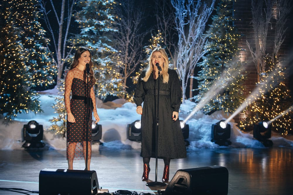 """Watch Kelly Clarkson and Lea Michele Sing """"White Christmas"""" (VIDEO)"""
